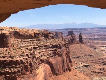 Vie under Mesa Arch